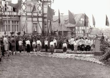 """Gedenkfeier zum """"Tag der Befreiung"""" am Karl-Marx-Denkmal in Wernigerode am 8. Mai 1978 - Archiv Mahn- und Gedenkstätte"""