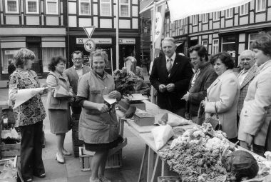 Gemüsemarkt auf dem Marktplatz 1977 - Archiv Mahn- und Gedenkstätte