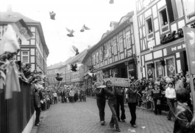 Demonstration am 1. Mai - Mahn-und Gedenkstätte Archiv