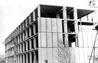 """Bau der Kommunalen Berufsschule """"Karl Marx"""" 1975 - Archiv Mahn- und Gedenkstätte"""