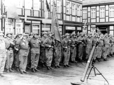 Kampfgruppen-Parade im November auf dem Marktplatz - Mahn-und Gedenkstätte Archiv