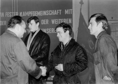 Kandidaten der SED erhalten ihre Mitgliedsbücher - Mahn-und Gedenkstätte Archiv