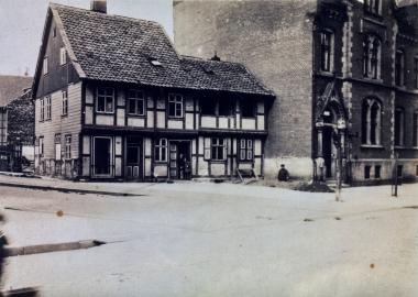 Eckgebäude neben dem Postamt unmittelbar vor dem Abriss. - Fotothek Harzbücherei