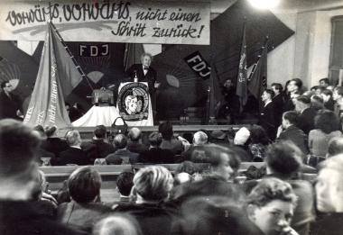 Martin Anderson Nexö besucht 1949 das Elektromotorenwerk Wernigerode - Fotothek Harzbücherei