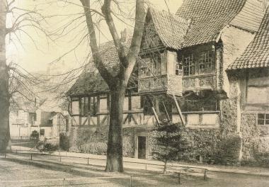 Haus Gadenstedt vor der Sanierung 1898 mit Blick auf den späteren Post-Hof - gemeinfrei