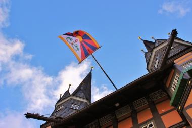 Ein weiteres Mal weht die tibetische Flagge am Wernigeröder Rathaus. - Petra Bothe