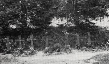 ursprüngliche Ruhestätte für 8 Deutsche Soldaten, das Kreuz von Oberst Petri in der Mitte - 1945 - Stadtarchiv Wernigerode