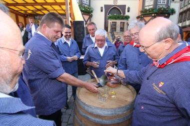 Die Küfer schenkten im Beisein von Neustadts Oberbürgermeister Marc Weigel (3. von links) und Wernigerodes Oberbürgermeister Peter Gaffert (4. von links) den ersten Weißwein des Festes 2018 aus. Zuvor tanzten sie ihren berühmten Küfertanz. - Matthias Bein