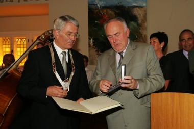 Ministerpräsident Böhmer überreicht dem scheidenden Oberbürgermeister Ludwig Hoffmann das Bundesverdienstkreuz. - Stadtverwaltung Wernigerode