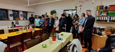 Oberbürgermeister Peter Gaffert sowie Stadträte und Vertreter aus Politik und Verwaltung schauen sich am Eröffnungstag die Einrichtung an und werden von den Kindern musikalisch begrüßt. - Petra Bothe