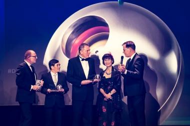 Entwicklungsminister Dr. Gerd Müller (rechts) überreichte Oberbürgermeister Peter Gaffert (Mitte), Huong Trute (2. von rechts) und Tran Van Nhan, einem Vertreter der Stadt Hoi An (2. von links) die Auszeichnung in Düsseldorf. - Ralf Rühmeier