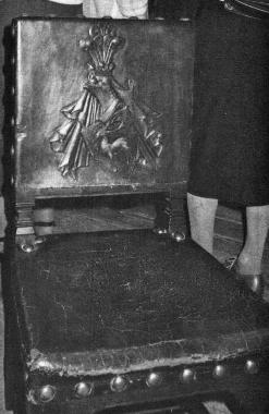 Wernigeröder Fürstenstühle mit dem Stolberger Hirsch in der Dorfkirche von Nieder-Weisel, auch eine Johanniter-Kommende. Fürst Botho ist führendes Mitglied des Johanniter-Ordens. - Gerhard Bombös