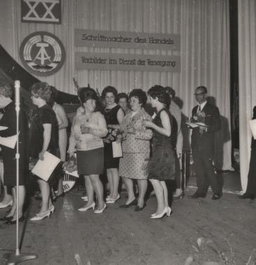 Auszeichnung von Mitarbeitern des HO-Kreisbetriebes aus Anlass des 20. Jahrestages der DDR - Stadtarchiv Wernigerode (Archiv Dieter Möbius)