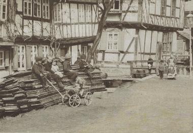 Teichdamm mit Tischlerei und Schiefem Haus um 1885 - gemeinfrei