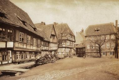 Teichdamm mit Badehaus, Tischlerei und Schiefem Haus um 1885 - gemeinfrei