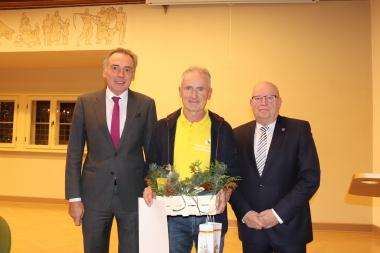 Oberbürgermeister Peter Gaffert (links) übergibt gemeinsam mit Stadtratspräsident Uwe-Friedrich Albrecht (rechts) den Umweltpreis 2019 an Enrico Kretschmar - Winnie Zagrodnik