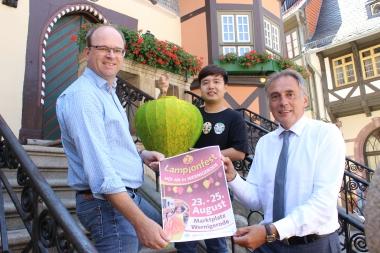 Freuen sich über die Städtepartnerschaft und auf das gemeinsame Lampionfest: Roman Müller, Nguyen Nguyen Vu und Oberbürgermeister Peter Gaffert. - Petra Bothe