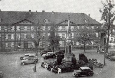 Nicolaiplatz mit Kriegerdenkmal und Altersheim um 1930 - Gerhard Bombös