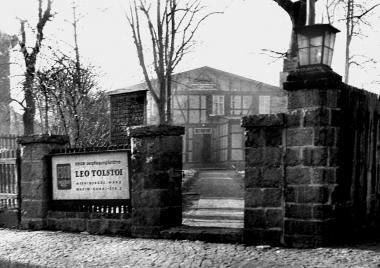 """Nutzung des Logier- und Gesellschaftshauses nach 1950 als """"Verpflegungsstätte Leo Tolstoi"""" für dezentral in Privatquartieren untergebrachte FDGB-Urlauber - Dieter Oemler"""